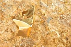 Закройте вверх по листовому золоту на предпосылке стены стоковая фотография