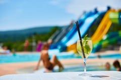 Закройте вверх по маргаритам коктеиля с известкой около бассейна Стоковое Изображение