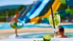 Закройте вверх по маргаритам коктеиля с известкой около бассейна Стоковые Изображения RF