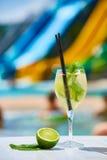 Закройте вверх по маргаритам коктеиля с известкой около бассейна Стоковые Фото