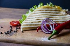 Закройте вверх по мексиканским тако с мясом цыпленка, салатом и овощи sauce представленный на деревянной доске с зябким перцем стоковые изображения