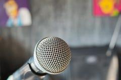 закройте вверх по микрофону на концертном зале Стоковое Изображение RF