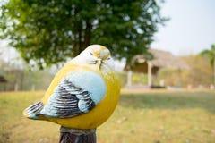 Закройте вверх по милой кукле птицы в саде Стоковые Изображения