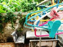 Закройте вверх по много красочных пластичных вешалок ткани Стоковая Фотография RF