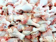 Закройте вверх по много drumstiks цыпленка на супермаркете Стоковое Изображение