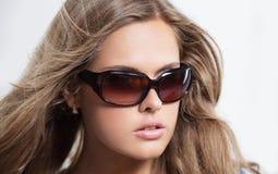 Закройте вверх по молодой женщине нося большие современные солнечные очки Стоковое фото RF