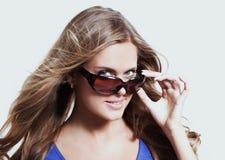 Закройте вверх по молодой женщине нося большие современные солнечные очки стоковая фотография