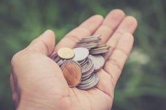 Закройте вверх по монетке в руке Стоковые Изображения RF
