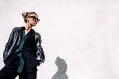 Закройте вверх по моде; роскошный портрет сногсшибательной сексуальной женщины, польностью совершенных губ и стороны, солнечных о Стоковые Фотографии RF