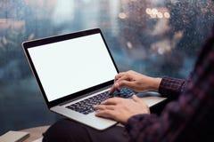 Закройте вверх по мужским рукам использующ или печатающ компьтер-книжку компьютера стоковая фотография rf