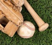 Закройте вверх по надземному взгляду старого оборудования бейсбола на траве Стоковое Фото
