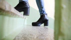 Закройте вверх по ногам шагать людей идя вверх лестница в городе, пойдите, успех, вырастите вверх концепция дела Ноги поднимают Стоковые Фотографии RF