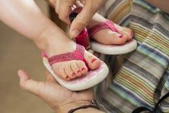 Закройте вверх по ногтям маленьких девочек картины Стоковые Изображения RF