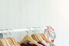 Закройте вверх по одеждам в уборной Красота и концепция моды стоковое изображение rf