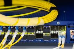 Закройте вверх по оптическому волокну в комнате сервера, кабелях сети установленных в изображение конспекта шкафа для пользы как  стоковые изображения