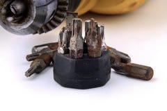 Закройте вверх по отверткам бурильщика и ржавчины металлическим Стоковое Изображение