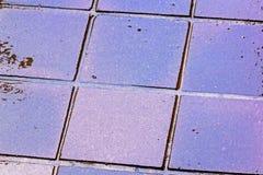 Закройте вверх по отражениям и Grunge Colouful на влажных плитках Стоковое Изображение RF