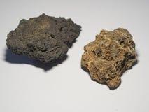 Закройте вверх по охре и бежевым серым естественным камням лавы на белом backg стоковое изображение