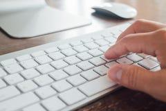 Закройте вверх по одиночной кнопке прессы пальца на клавиатуре компьтер-книжки Стоковое Изображение RF