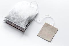 Закройте вверх по пакетику чая на белом модель-макете предпосылки стоковое изображение