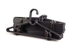 Закройте вверх по пакету новой черной вешалки одежд изолированной на белизне Стоковые Фотографии RF