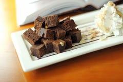 Закройте вверх по пирожному и шоколаду стоковые фотографии rf