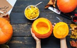 Закройте вверх по подготовке хеллоуину тыквы полости взгляда Стоковая Фотография RF