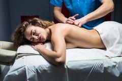 Закройте вверх по подрезанной съемке массажировать профессионального masseuse работая назад релаксации женщины изнеживая li здоро стоковое фото rf