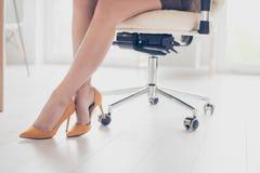 Закройте вверх по подрезанному фото красивых ног дамы дела внутри Стоковая Фотография RF