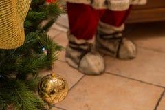 Закройте вверх по покрашенному золотом шарику рождества Стоковые Фото