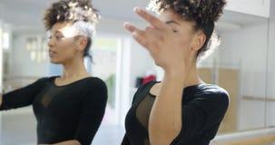 Закройте вверх по портрету Афро-американского танцора сток-видео