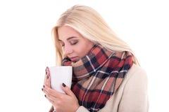 Закройте вверх по портрету белокурой женщины в теплых одеждах с чашкой cof Стоковое Изображение RF