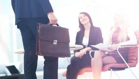 Закройте вверх по портрету бизнесмена с портфелем и коллегой Стоковые Фото