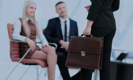 Закройте вверх по портрету бизнес-леди с портфелем Стоковое Фото