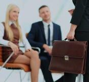 Закройте вверх по портрету бизнес-леди с портфелем Стоковая Фотография RF