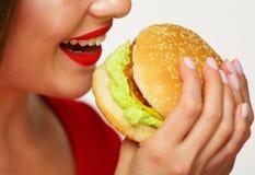 Закройте вверх по портрету гамбургера стороны женщины сдерживая Стоковое фото RF