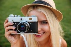 Закройте вверх по портрету девушки делая фото с камерой Стоковая Фотография