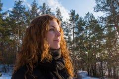 Закройте вверх по портрету девушки молодых красивых красных волос европейской в лесе зимы Стоковые Фотографии RF