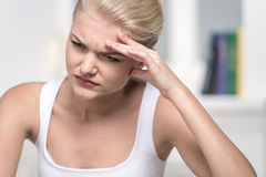Закройте вверх по портрету женщины с головной болью Стоковая Фотография