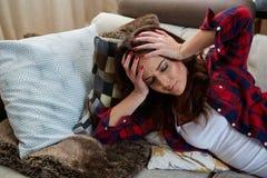 Закройте вверх по портрету женщины с головной болью Стоковые Фотографии RF