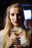 Закройте вверх по портрету женщины с стеклом Мартини Стоковое фото RF