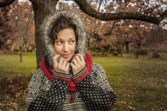 Закройте вверх по портрету женщины smiley милой в осени Стоковые Изображения RF