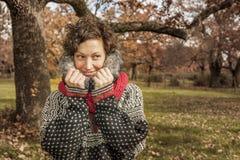Закройте вверх по портрету женщины smiley милой в осени Стоковая Фотография RF