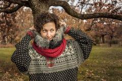 Закройте вверх по портрету женщины smiley милой в осени Стоковое Фото