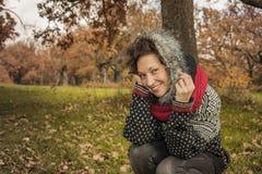 Закройте вверх по портрету женщины smiley милой в осени Стоковое Изображение