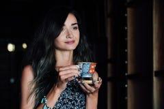 Закройте вверх по портрету кофе девушки выпивая в винтажном кафе на террасе в Азии Стоковое фото RF