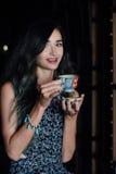 Закройте вверх по портрету кофе девушки выпивая в винтажном кафе на террасе в Азии Стоковая Фотография RF