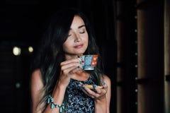 Закройте вверх по портрету кофе девушки выпивая в винтажном кафе на террасе в Азии Стоковые Фото
