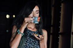 Закройте вверх по портрету кофе девушки выпивая в винтажном кафе на террасе в Азии Стоковые Фотографии RF
