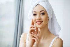 Закройте вверх по портрету красивой женщины в полотенцах обернутых вокруг Стоковая Фотография RF